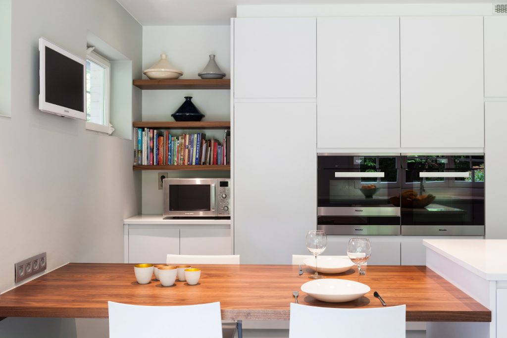 Nieuwe keuken in poederlak met werkblad uit notelaar