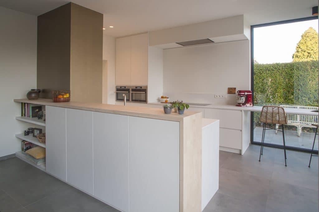 Nieuwe keuken met toog uit rubberwood