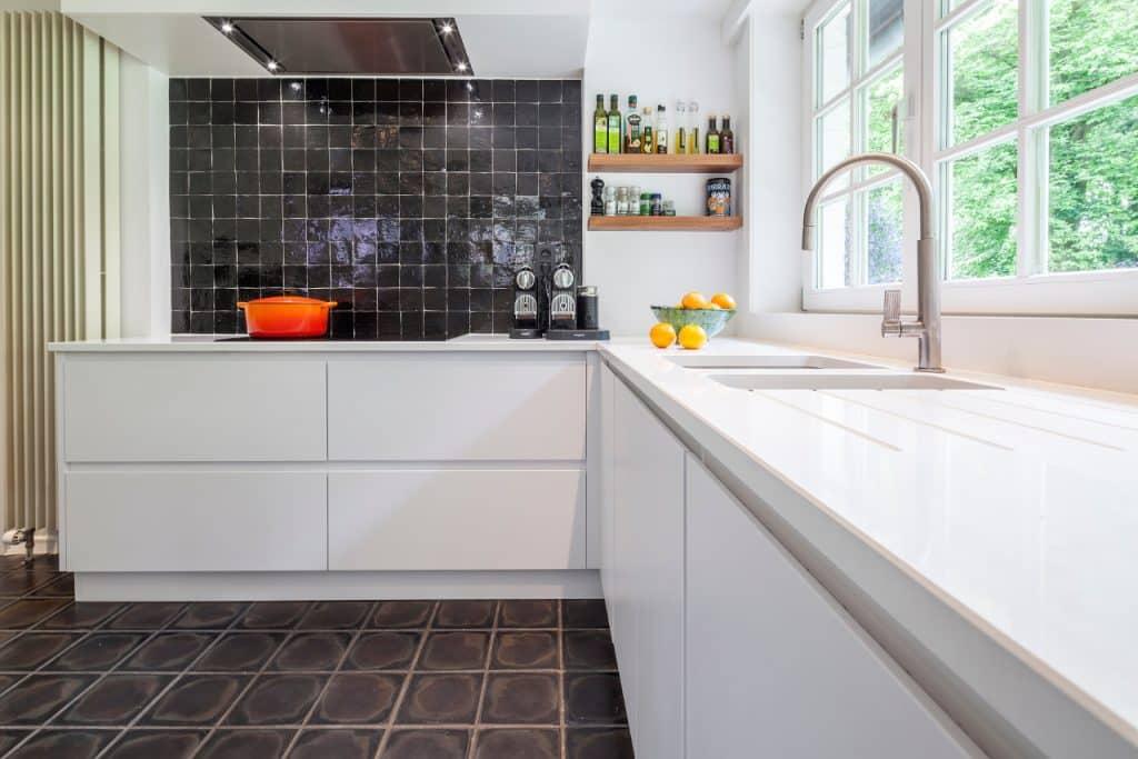 Nieuwe keuken: zuiverwit poederlak - composiet te Hovewerkblad