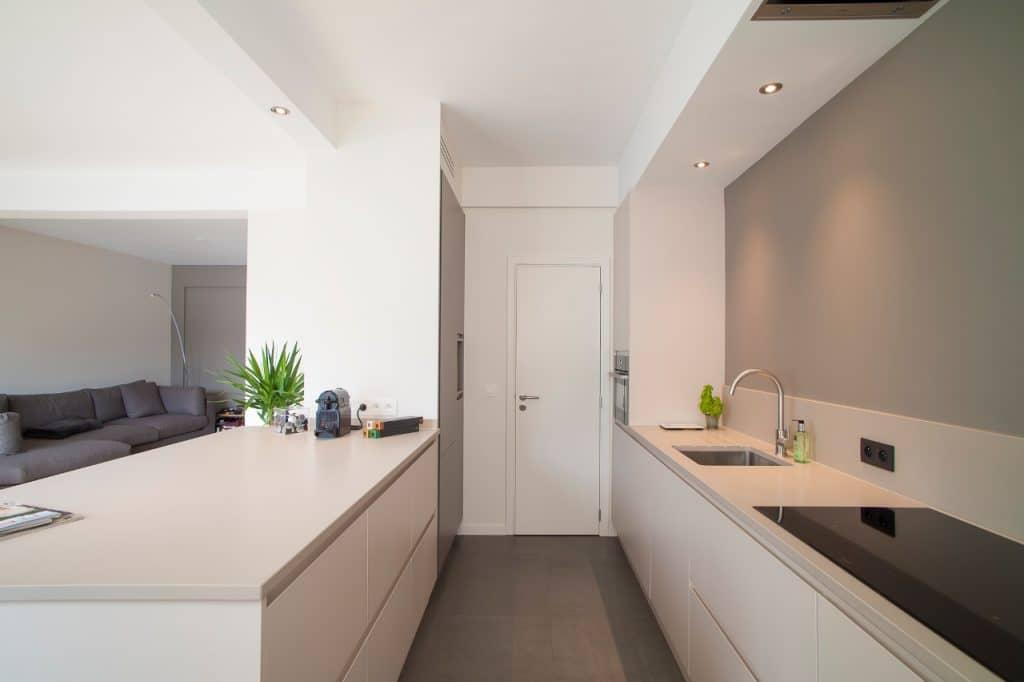 Nieuwe keuken met poederlak deuren - model greeploos 45° te Antwerpen